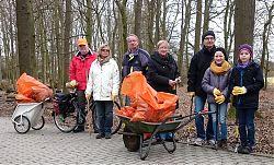 Aktion Sauberes Münster: Ein Teil der Freiwilligen, die am 12.3.2016 im Hiltruper Sandfortsbusch aufräumten (Foto: Klare)