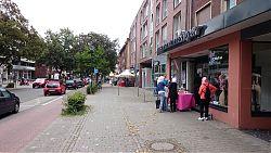 Sonntags-Flohmarkt auf der Hiltruper Marktallee: wenig Stände, wenig Publikum (21.8.2016; Foto: Klare)