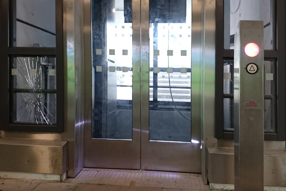 Der nagelneue Aufzug zu Gleis 2 des Hiltruper Bahnhofs ist schon wegen Vandalismus außer Betrieb (27.8.2016; Foto: Klare)
