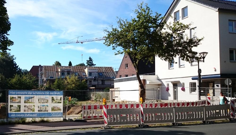Hiltrup, Marktallee 34: nach dem Abriss geht es nicht weiter, die Baustellenabsperrung bleibt (26.8.2016; Foto: Klare)