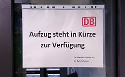 Der neue Aufzug zu Gleis 2 des Hiltruper Bahnhofs hat noch nie funktioniert. Seit über einem viertel Jahr warten Behinderte, alte Leute und Eltern mit Kinderwagen darauf. (29.11.2016; Foto: Klare)