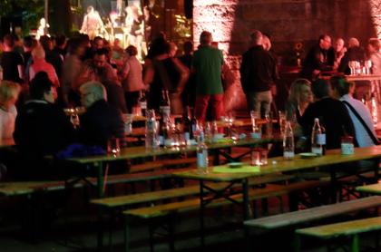 Hiltruper Weinfest 2015: leere Bänke an den Rändern