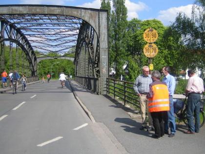 Ortstermin an der Prinzbrücke: Hermann Geusendam-Wode mit Fachleuten der Verwaltung