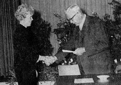 Oktober 1964: Bürgermeister Wentrup gratuliert seiner 1. Stellvertreterin Marga Niedenführ (SPD) zur Wahl