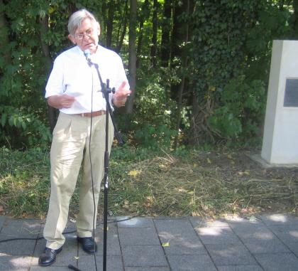 Bildhauer Treichler stellt den Gedenkstein vor