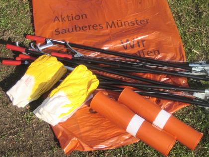 Aktion Sauberes Münster 2012: Schutzhandschuhe, Greifzangen und Müllsäcke liegen bei der SPD bereit