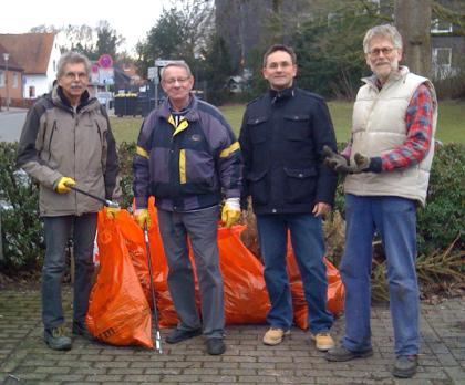 Aktion Sauberes Münster: auch in Berg Fidel war die SPD im Müll-Einsatz (v.l. Karl-Heinz Winter, Dieter Langer, Christian Deutsch, Henning Klare)