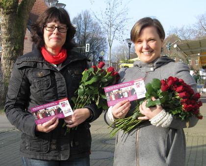 Weltfrauentag in Hiltrup: Julia Suuck (r.) und Claudia Westermann-Schulz verteilen Rosen auf der Marktallee