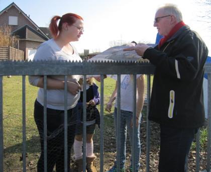 Junge Familien mit Kindern in Vennheide: Hermann Geusendam-Wode erläutert einer Nachbarin den Spielplatz-Plan