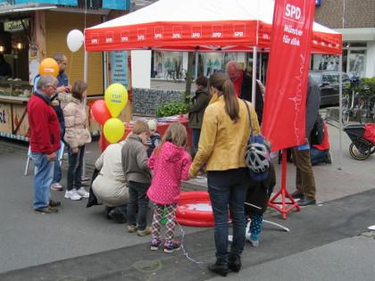 Die SPD auf dem Hiltruper Frühlingsfest: großer Andrang der Kinder zum Angelspiel